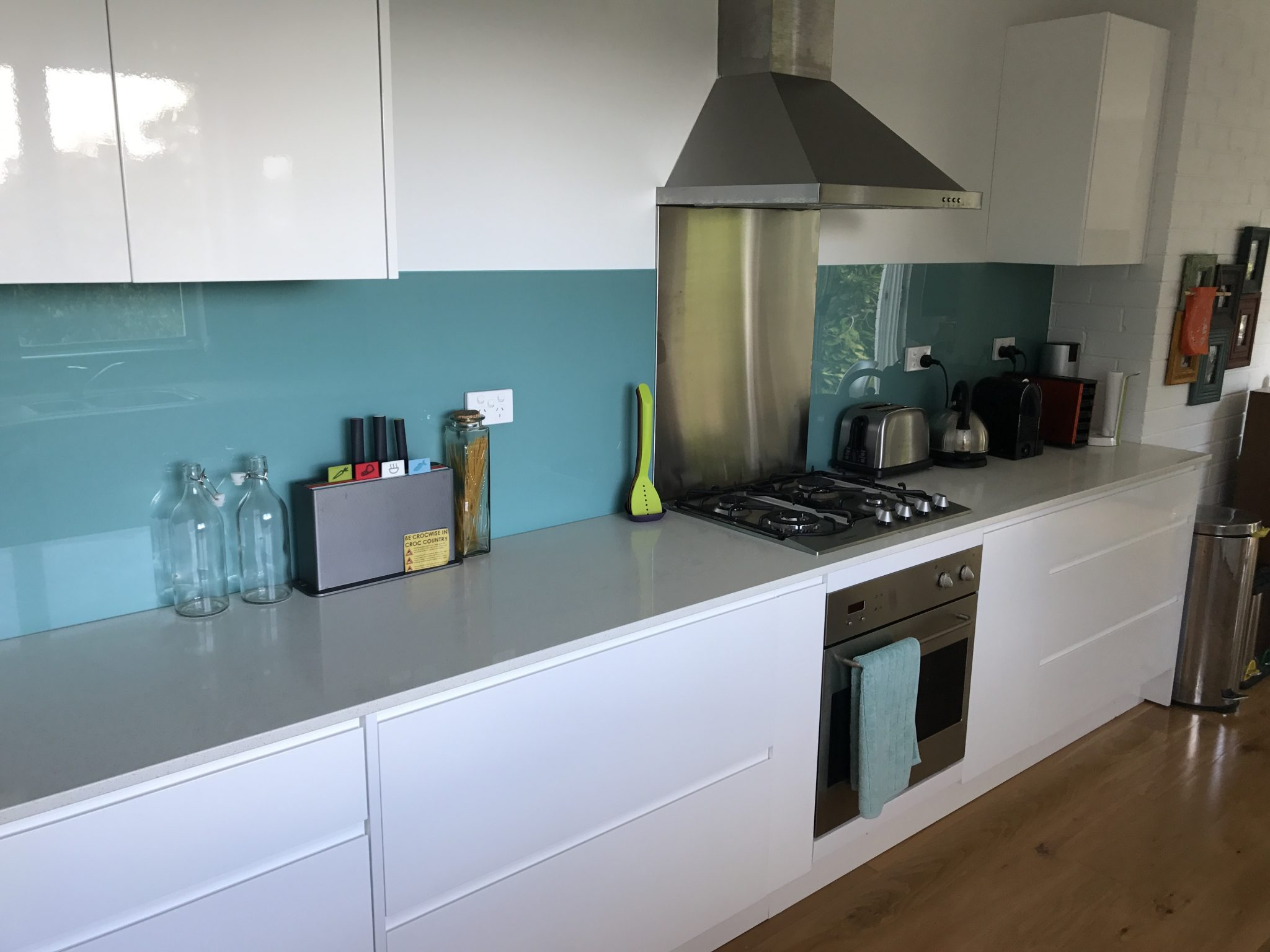 Acrylic Splashback with insert behind the cooktop